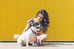 La donna felice sta sedendo con il bulldog francese Fotografia Stock