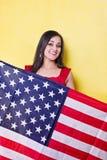 La donna felice tiene la bandiera americana Fotografie Stock Libere da Diritti