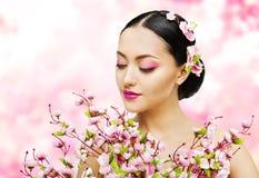 La donna fiorisce il mazzo Sakura rosa, ritratto di bellezza di trucco della ragazza Immagini Stock Libere da Diritti