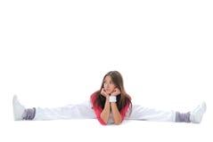 la donna flessibile del danzatore si siede su cordicella e sull'allungamento Fotografie Stock Libere da Diritti