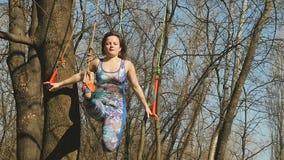 La donna flessibile fa gli esercizi di aerogravity sulle corde archivi video