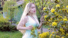 La donna flirta nel giardino video d archivio