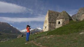 La donna fotografa i dolmen video d archivio