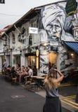 La donna fotografa il materiale illustrativo in Haji Lane, Singapore Fotografia Stock