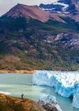 La donna fotografa la parete blu del ghiaccio Immagine Stock Libera da Diritti