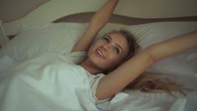 La donna fresca e felice a letto sveglia di mattina sorridere archivi video