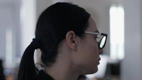 La donna frustrata di affari non ha divertimento mentre lavora e pensa a qualcosa nel primo piano dell'ufficio video d archivio
