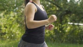 La donna funziona velocemente in foresta, pareggiante nel movimento lento dell'aria fresca, bei capelli lunghi stock footage