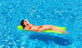 La donna galleggia in uno stagno fotografia stock