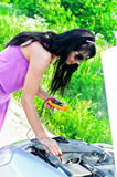 La donna gestisce la batteria al piombo Fotografia Stock