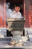 La donna getta i bastoni di incenso in un altare a Lama Temple, Pechino, Cina Immagine Stock Libera da Diritti