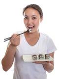 La donna giapponese gode dei sushi Fotografie Stock