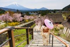 La donna giapponese gode di sakura con il mt fuji Immagini Stock Libere da Diritti
