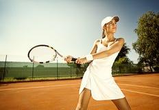 La donna gioca a tennis immagini stock