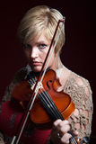 La donna gioca un violino Immagine Stock