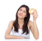 La donna gode del concetto dolce di perdita di peso degli alimenti industriali della ciambella fotografia stock libera da diritti