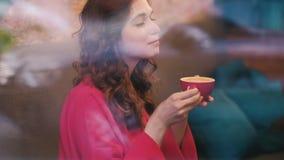 La donna gode del latte di vetro della bevanda del caffè del caffè archivi video