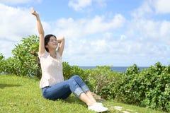 La donna gode del sole dell'estate Fotografie Stock Libere da Diritti