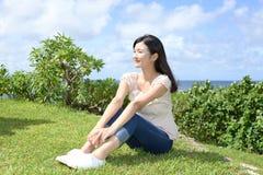 La donna gode del sole dell'estate Fotografia Stock Libera da Diritti