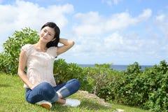 La donna gode del sole dell'estate Immagini Stock Libere da Diritti