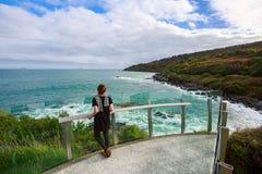 La donna gode della vista al punto di vista al bluff, isola del sud, Fotografie Stock