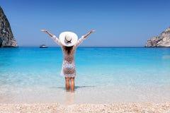 La donna gode delle acque blu della spiaggia del naufragio sull'isola di Zacinto, Grecia immagini stock