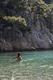 La donna gode di chiare acque nel calanque di en-Vau in cassis, Francia fotografie stock