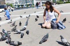 La donna gode di con il piccione in atene Fotografia Stock