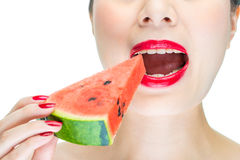 La donna gode di di mangiare l'anguria con le labbra rosse, morso, smalto Fotografie Stock Libere da Diritti
