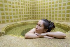 La donna gode di onsen nel Giappone, donna che si rilassa in sorgenti di acqua calda immagini stock libere da diritti