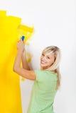 La donna gradisce il colore giallo Immagini Stock Libere da Diritti