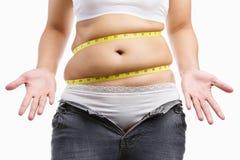 La donna grassa dà in su portare i suoi jeans stretti Fotografia Stock