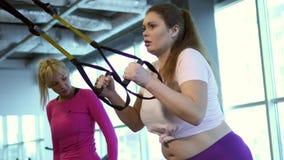 La donna grassa risolve in palestra per perdere il peso stock footage