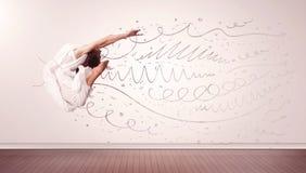 La donna graziosa che saltano con le linee disegnate a mano e le frecce escono Fotografie Stock