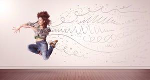 La donna graziosa che saltano con le linee disegnate a mano e le frecce escono Fotografia Stock Libera da Diritti