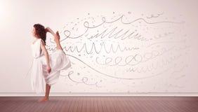 La donna graziosa che saltano con le linee disegnate a mano e le frecce escono Immagini Stock Libere da Diritti