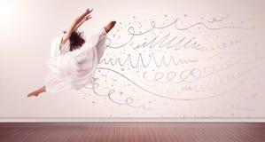 La donna graziosa che saltano con le linee disegnate a mano e le frecce escono Immagine Stock Libera da Diritti