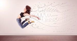 La donna graziosa che saltano con le linee disegnate a mano e le frecce escono Fotografie Stock Libere da Diritti