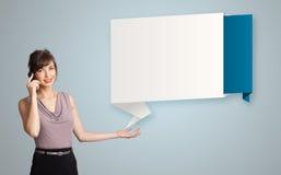 La donna graziosa che sta accanto agli origami moderni copia lo spazio e il maki Fotografia Stock