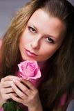 La donna graziosa con il colore rosa è aumentato fotografie stock