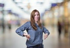 La donna graziosa di affari che fa il pollice giù gesture sopra il backgr della sfuocatura immagine stock libera da diritti