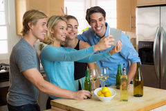 La donna graziosa e gli amici e gli amanti bei dell'uomo coppia la presa del selfie su una compressa Immagini Stock
