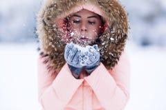La donna graziosa felice sorridente in rivestimento caldo dell'inverno all'aperto gode del viaggio dell'inverno, dei guanti weare immagine stock libera da diritti