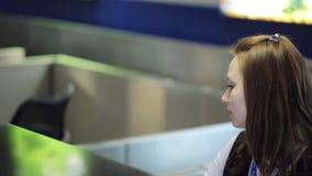 La donna graziosa fornisce il controllo di passaporto in aeroporto nel tempo del giorno video d archivio