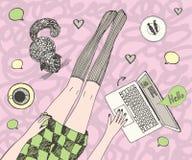 La donna graziosa giovane con il gatto sta chiacchierando online Le belle gambe lunghe in calze e lo short si vestono Colorato di illustrazione di stock