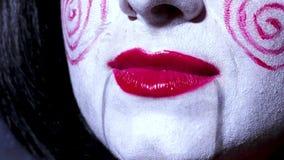 La donna graziosa nello stile di orrore compone canta una canzone su fondo scuro Immagini Stock Libere da Diritti