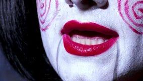 La donna graziosa nello stile di orrore compone canta una canzone su fondo scuro Fotografia Stock