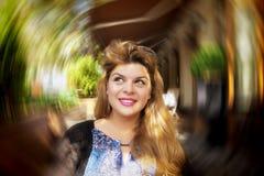 La donna graziosa pensa Fotografia Stock
