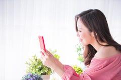 La donna graziosa prende un selfie fotografia stock