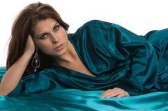 La donna graziosa si distende l'abito verde Fotografie Stock Libere da Diritti